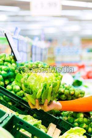 kobieta kupowanie warzyw w supermarkecie