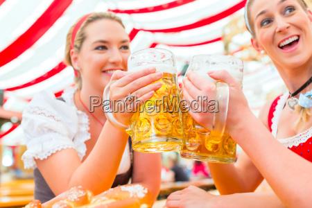 przyjaciele picie bawarskiego piwa na oktoberfest