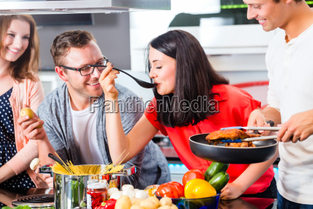 przyjaciele gotuje makaron i mieso w