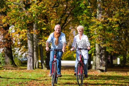 seniorzy na rowerach posiadajacych wycieczke w