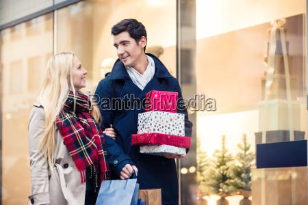 kobieta, i, mężczyzna, z, świątecznymi, prezentami - 21490601