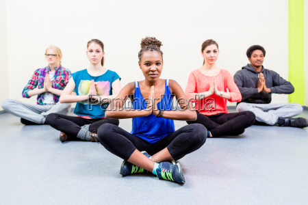 grupa dla przyjaciol w klasie jogi