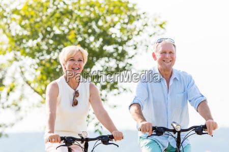 starsza kobieta i mezczyzna na rowerze
