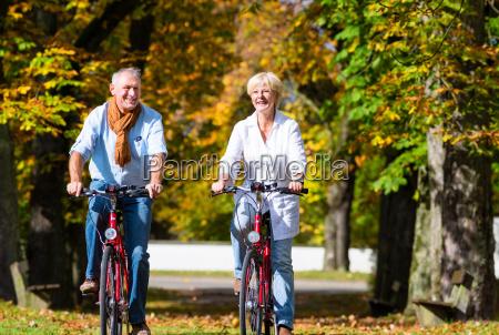 seniorzy na rowery po zwiedzaniu w