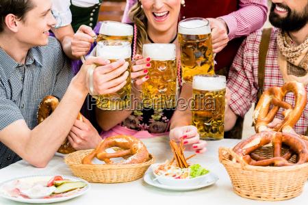 w beer garden friends picia piwa