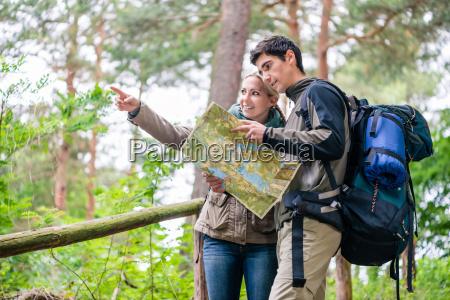 mezczyzna i kobieta na wedrowce szuka