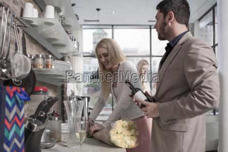 mezczyzna i kobieta z peczek kwiatow