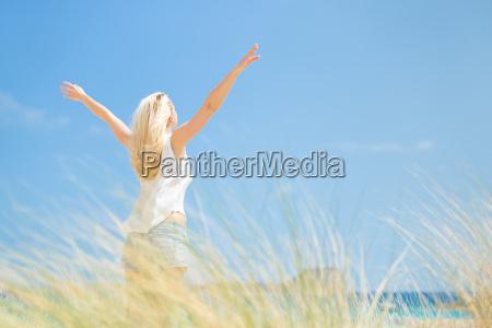darmowe happy woman cieszacy slonce na