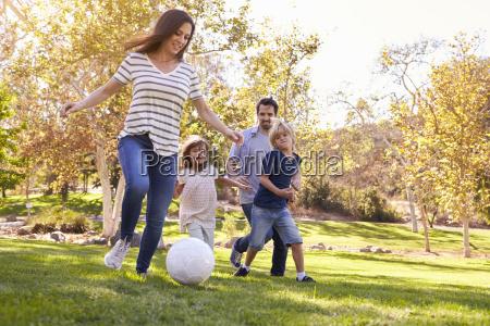 rodzina gra pilka nozna w park