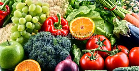 rozne surowe organiczne warzywa i owoce