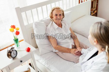opieka nad osobami starszymi lekarz odwiedza