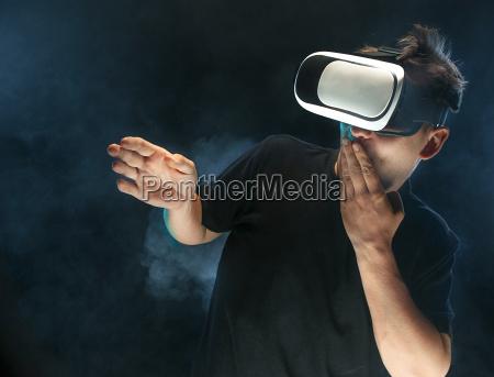 człowiek, z, okularami, wirtualnej, rzeczywistości., przyszłościowe - 22156185