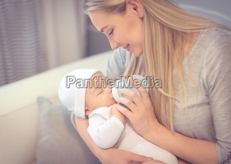 szczesliwa matka karmienie baby