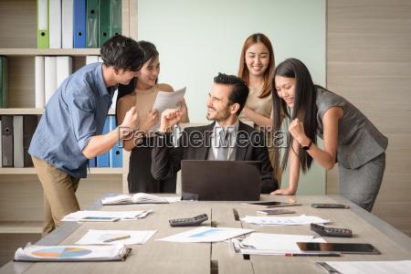 ludzie biznesowi szczesliwi po podpisaniu umowy
