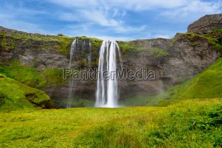 wodospad seljalandsfoss w lecie islandia