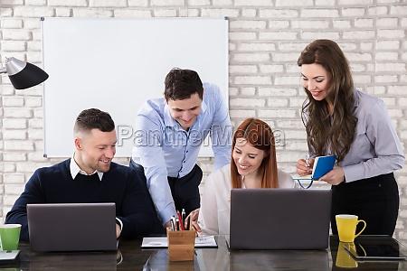 happy business people robi pracy w