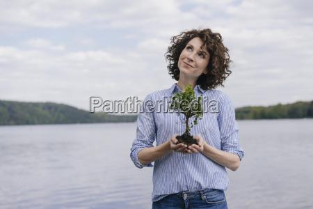 kobieta przy jezioro