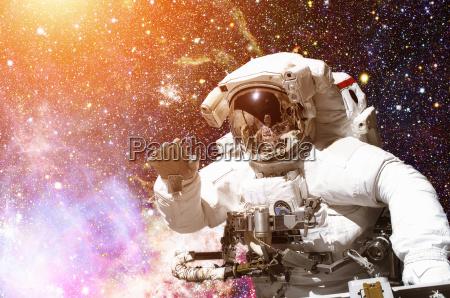 astronauta w kosmosie galaxy i gwiazdy
