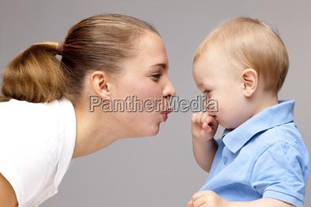 boczny widok mlodej kobiety puckering wargi