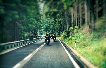 grupa motocyklistow na autostradzie