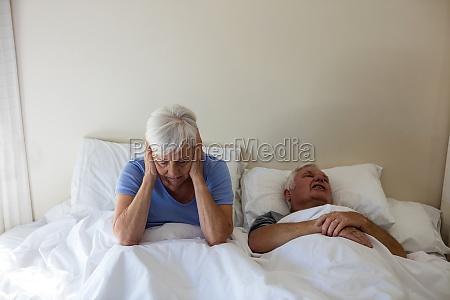 starszy kobieta coraz zaklocony z czlowiek