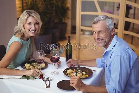 portret dojrzalej pary o kolacji i