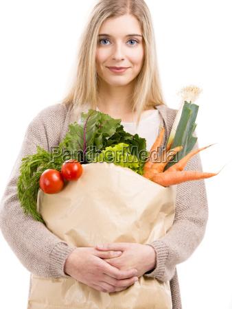 piekna kobieta przewozaca warzywa