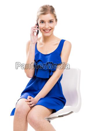 piekna kobieta rozmawia przez telefon