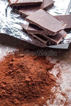 ciemny proszek kakaowy i czekolada