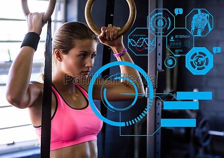 fit kobieta cwiczy w silowni z