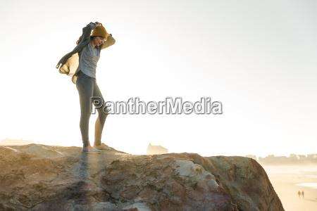 kobieta nad urwiskiem
