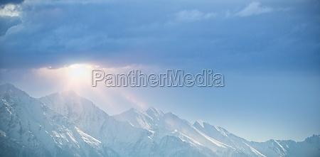 snowy pasmo gorskie przeciwko blekitne niebo