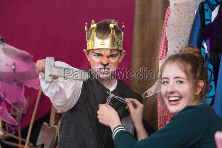 dziecko aktor ubrany jak krol na