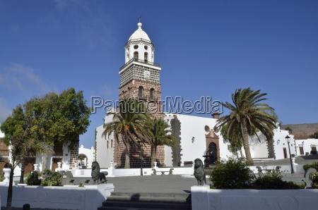 kosciol drzewo drzewa hiszpania palmy stadtbild