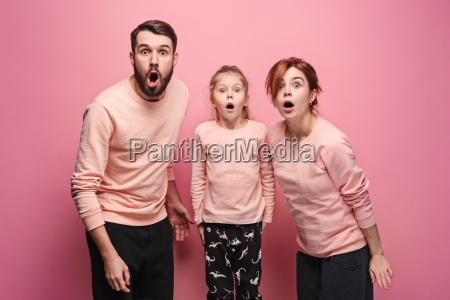zaskoczony mloda rodzina patrzac na aparat