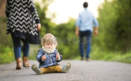 rodzice opuszczaja malego chlopca na polu