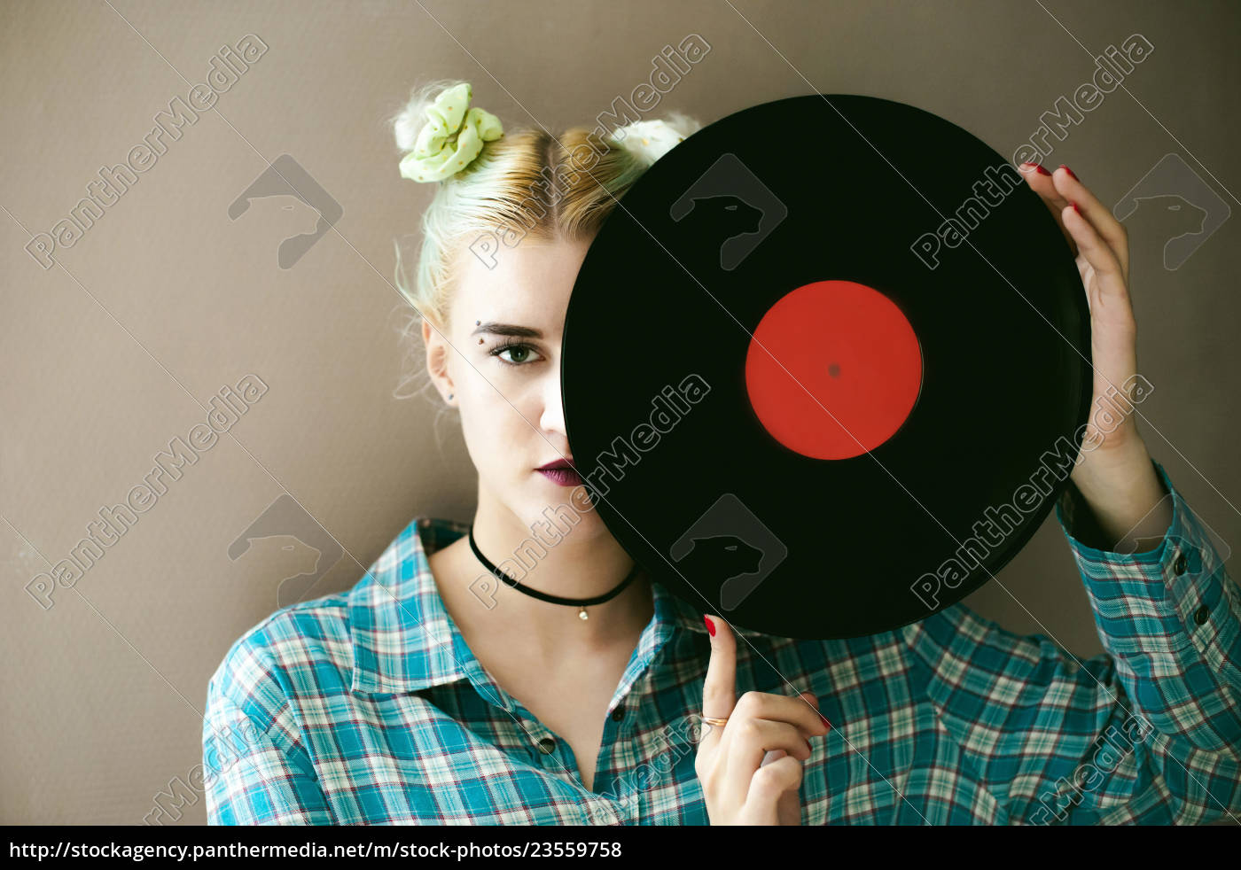 kobieta, z, płytą., młoda, piękna, hipsterka - 23559758