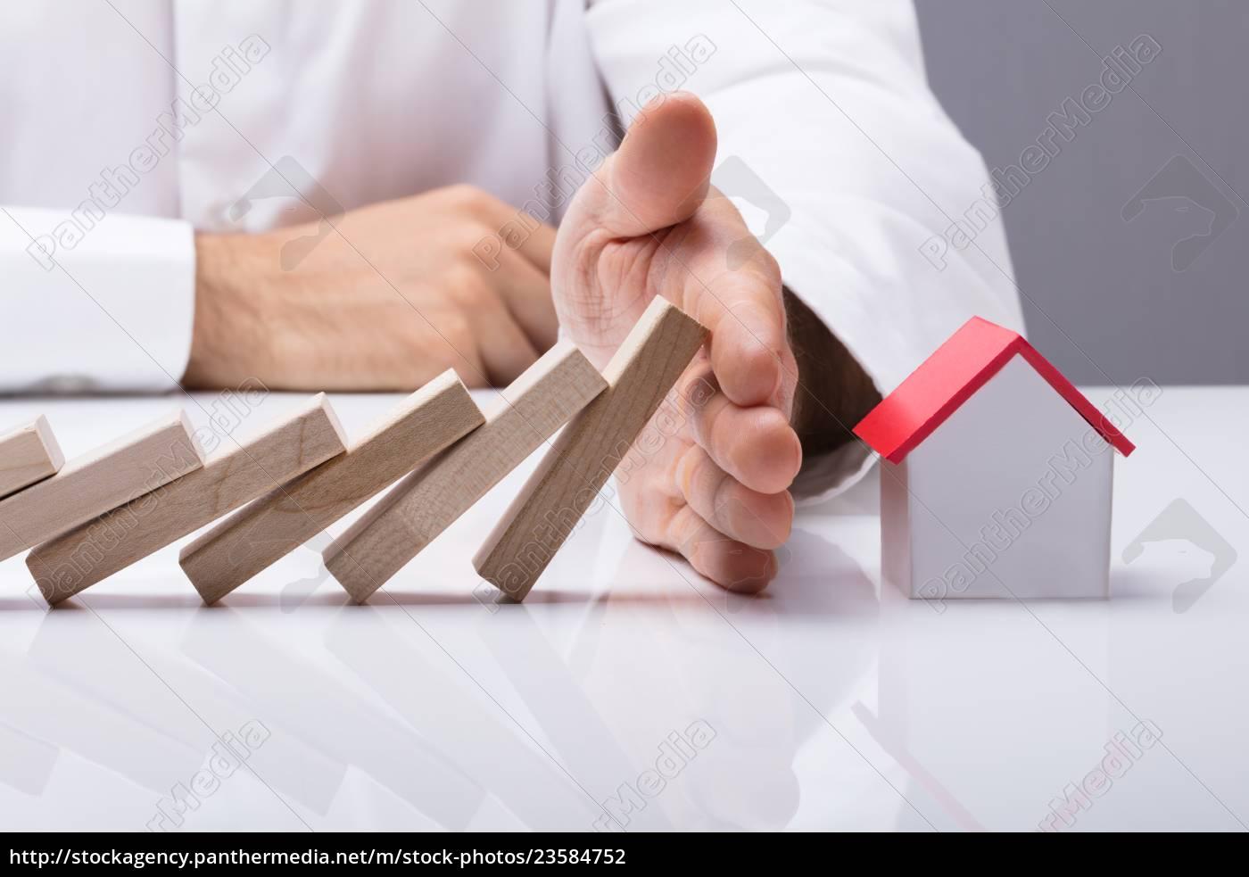 ludzka, ręka, powstrzymując, drewniane, bloki, przed - 23584752