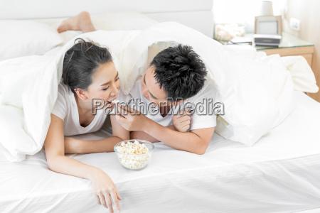 pary, które, mają, śniadanie, na, łóżku - 23592632