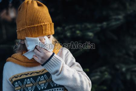 maly chlopiec o przeziebieniu dmuchanie nos