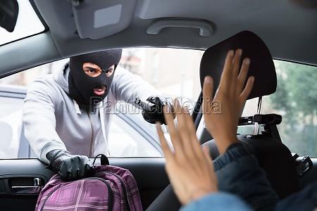 zlodziej zagrazajace kobieta podczas kradziezy plecak