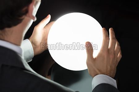 biznesmen reka przewidywanie przyszlosci z krysztalowej