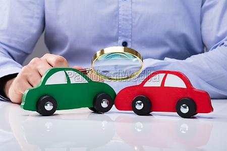 patrzac na czerwony i zielony samochod