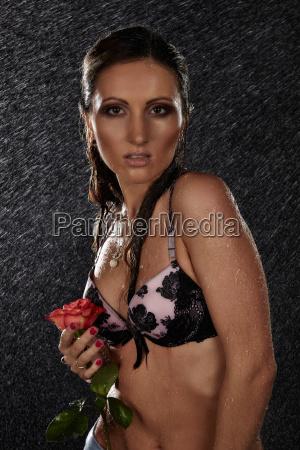 młoda, kobieta, z, różą, pod, deszczem. - 24030026