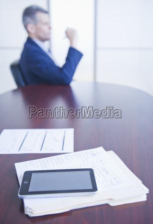 cyfrowa pastylka na biurku biznesmena obsiadanie