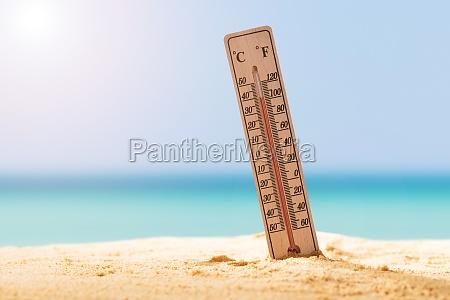 zblizenie termometru na piasku