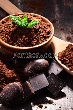 kompozycja z miska kakao w proszku
