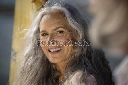 piekny starszy kobieta z desek surfingowych