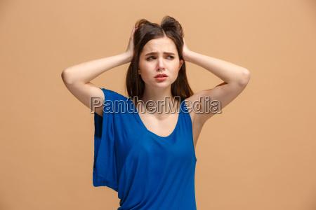 piekna kobieta w stres na bialym