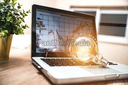 zblizenie zarowki na laptopie z klawiatura